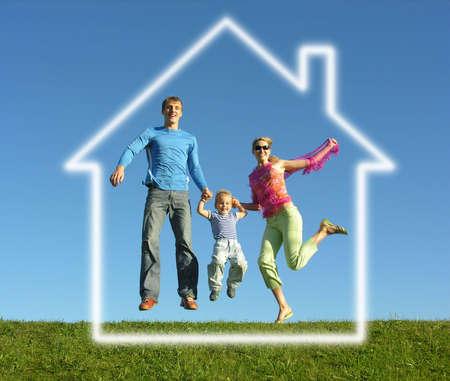 droomhuis: vliegen gelukkig gezin met droomhuis