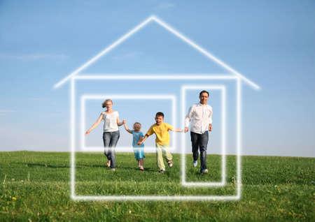 familia de cuatro personas corriendo a la casa  Foto de archivo - 2324679