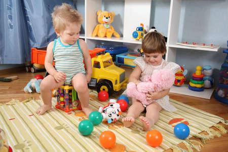 playroom: dos ni�os en juegos con juguetes 2  Foto de archivo