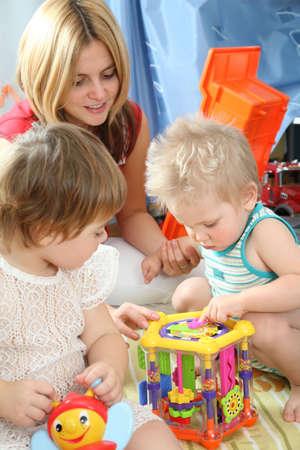 playroom: madre y los ni�os en juegos