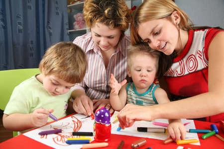 enfants peinture: enfants avec sa peinture m�res