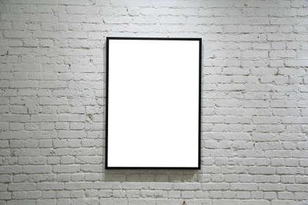 pared iluminada: un cuadro negro sobre blanco de ladrillo y piedra