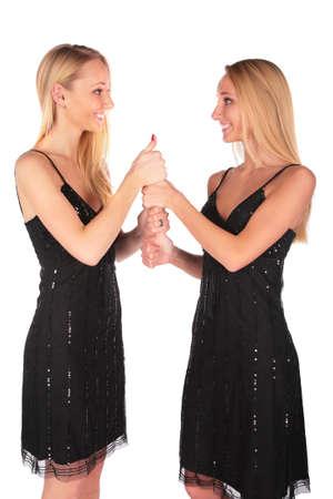 ni�as gemelas: Twin ni�as gesto Ok