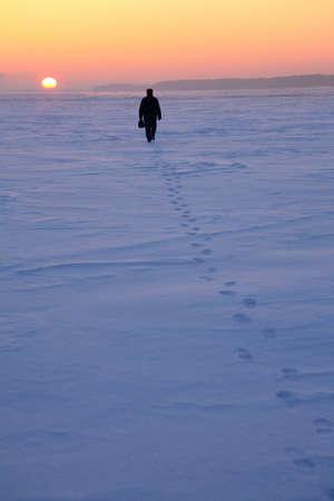 soltería: el hombre pasa por el campo cubierto de nieve