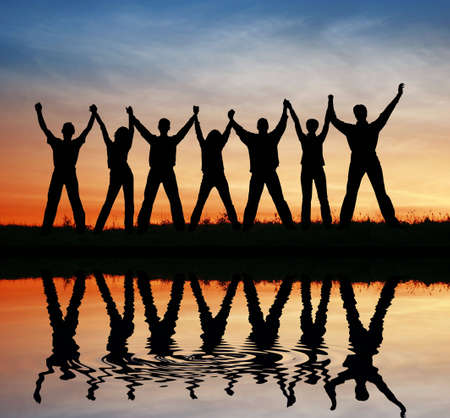 amistad: silueta amigos. la puesta del sol el agua