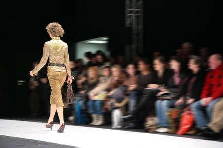 modelo en pasarela: modelo de moda en el podio de la espalda