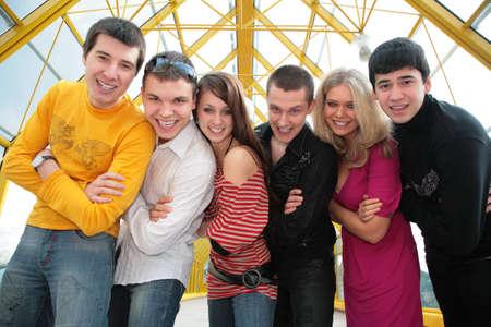 vlonder: groep jonge vrienden op loopbrug kijkt u op Stockfoto