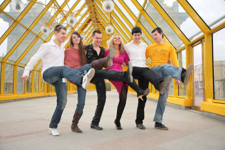 vlonder: groep jonge mensen dansen cancanon loopbrug