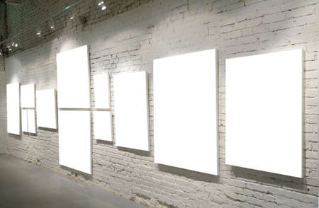 pared iluminada: Marcos en una pared de ladrillo