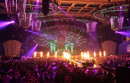 in de discotheek. grote concert.