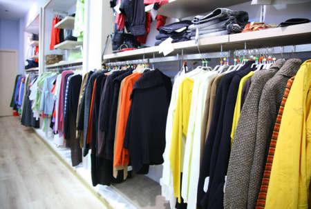 kledingwinkel: Kleding op rek in winkel Stockfoto