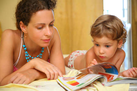 leggere rivista: Madre e figlio di leggere la rivista Archivio Fotografico