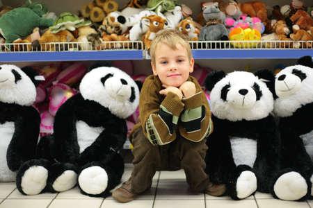 toy shop: Boy in negozio di giocattoli