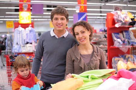 family mart: Famiglia con bambina litlle scegliere tessuto in negozio