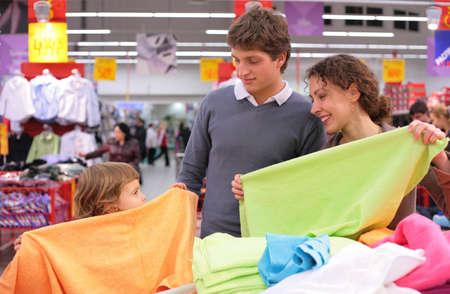 family mart: Famiglia con bambina scegliere asciugamano in negozio Archivio Fotografico