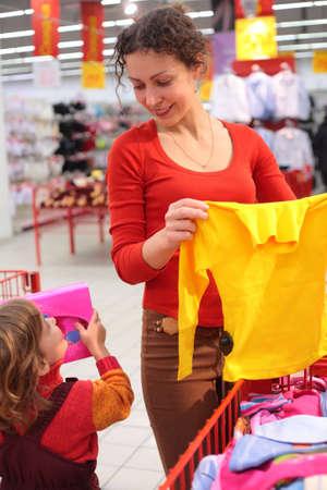 family mart: La madre con la figlia in negozio di abbigliamento Archivio Fotografico