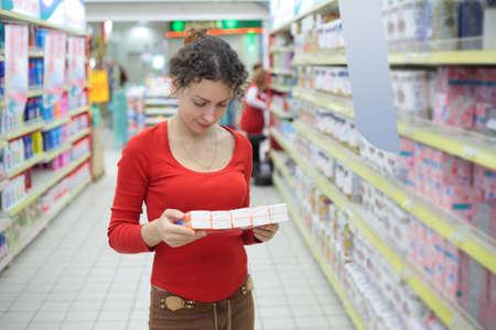 elementos de protección personal: mujer joven en la tienda de la higiene del hogar