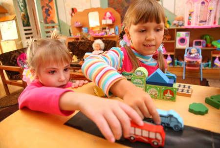 playroom: Dos ni�as en la sala de juego Foto de archivo