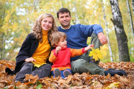 familia en jardin: la familia con ni�a en el oto�o de parque