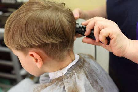 barbershop: Jongen gesneden in de kap salon  Stockfoto