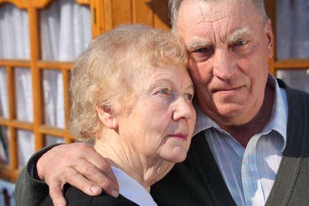 mujeres mayores: Retrato de graves ancianos closeup Pareja pensamiento
