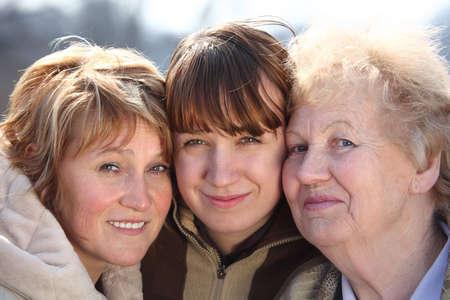 family one: Ritratto di donne di tre generazioni di una famiglia, facce