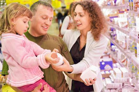family mart: famiglia con bambina acquistare latte in un supermercato