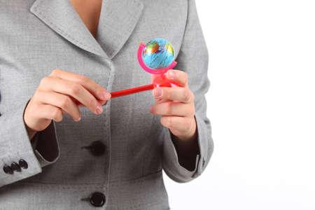 sacapuntas: manos de la mujer con pequeño globo sacapuntas