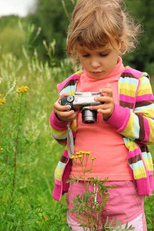 niña con cámara de fotos al aire libre