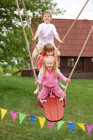 trois enfants: Trois enfants � bord de basculement  Banque d'images
