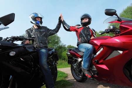 motociclista: due motociclisti saluti sulla strada di paese Archivio Fotografico