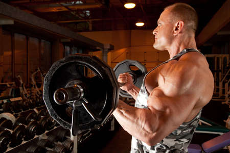levantamiento de pesas: culturista en sala de formaci�n