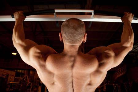 cuerpo hombre: culturista espalda Pull-up en sala de formaci�n