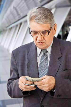 contando dinero: Hombre Senior contando dinero  Foto de archivo