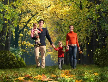ni�os caminando: caminando de familia con dos hijos en Parque oto�ales collage  Foto de archivo