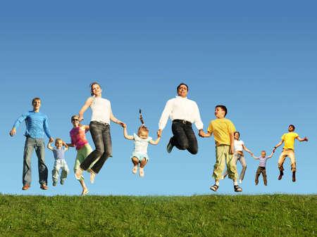 springende mensen: Veel springen gezinnen op het gras, collage