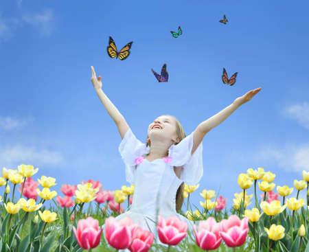 kleines Mädchen in Tulpen mit Händen bis und Schmetterling collage