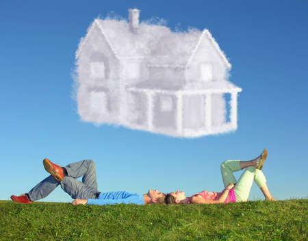 coppia di mentire su erba e sogno casa collage Archivio Fotografico