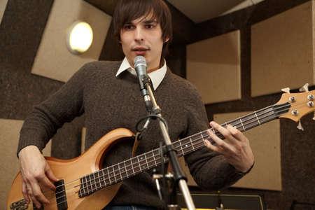 electro: Elektro-Gitarrenspieler spielte und sang. Praxis