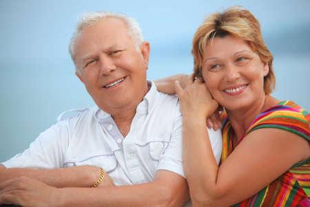 pareja de esposos: Sonriendo ancianos se cas� con par en la Galer�a cerca de Costa Foto de archivo
