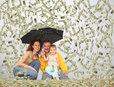 money flying: familia wih niña con paraguas bajo dólar lluvia collage Foto de archivo