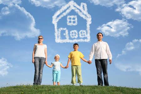 large build: famiglia di quattro sogni per il collage casa, Archivio Fotografico