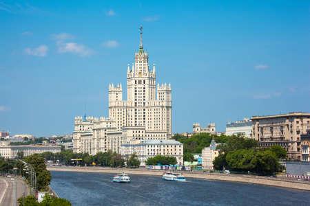 oficina antigua: Stalin edificio de gran altura en el muelle de Kotelnichesky en Moscú. Formato horizontal. Editorial