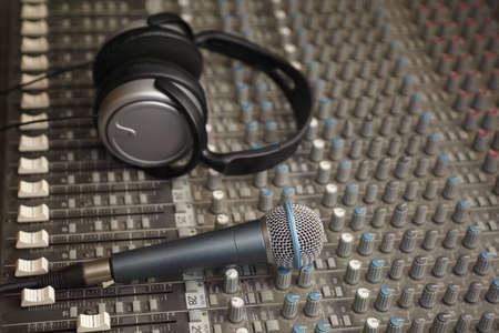 pult: cuffie e microfono sul vecchio pult sporco mixer audio. Microfono a fuoco Archivio Fotografico