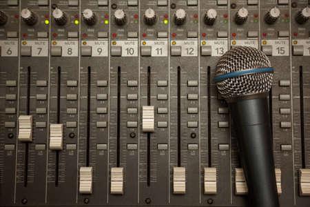 mezclador: micr�fono en la antigua Pult sucia mezclador de sonido Foto de archivo
