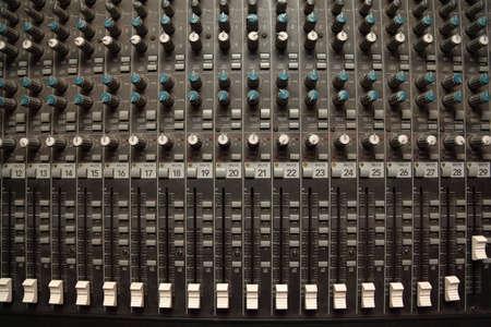 pult: vecchio sporco suono pult mixer. crossfader e regolatori Archivio Fotografico