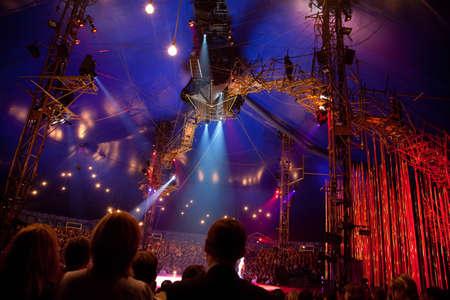 cirque: MOSCA - 23 ottobre: ??orologio rappresentazione spettatori del Cirque du Soleil 23 ottobre 2009 a Mosca, Russia.