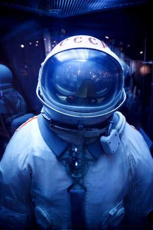 protective helmets: MOSCA, RUSSIA - 8 novembre: Astronautics museo. La tuta spaziale sovietica con Symbolics dell'URSS. 8 Novembre 2009 a Mosca, Russia.