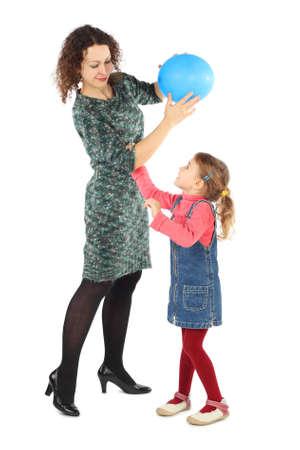 mujer hijos: niña y su madre jugando con el globo azul aislado en blanco Foto de archivo