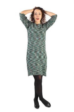 pantimedias: mujer joven y atractiva de pie con las piernas cruzadas, la mano detr�s de la cabeza, abri� la boca aislado en blanco